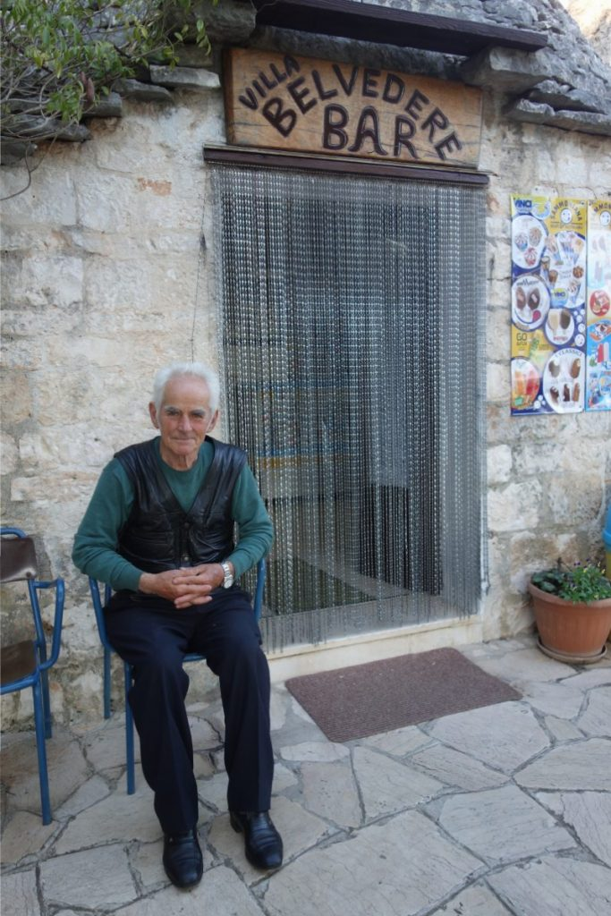 Vincenzo vor seiner Bar in Alberobello