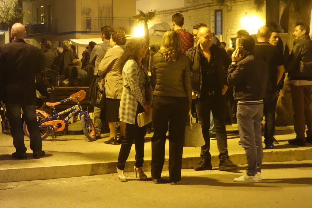 Religions- und Politveranstaltung auf der Piazza von Zapponeta