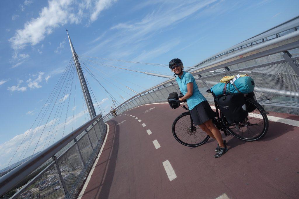 Doro, ganz begeistert von der Fahrradbrücke in Pescara