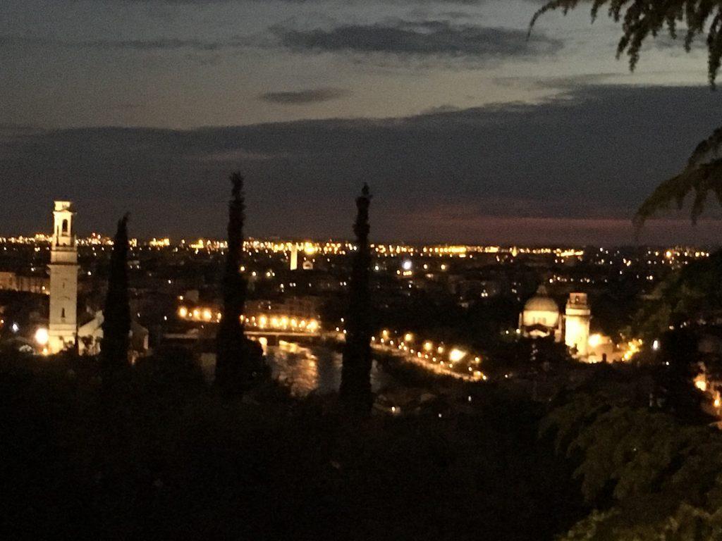 Sicht vom Campingplatz auf das abendliche Verona