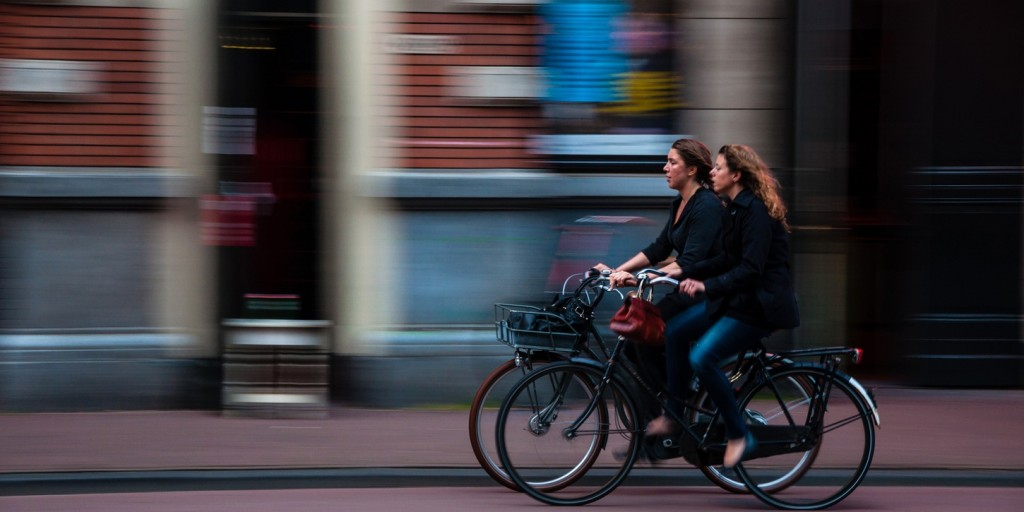 Freundinnen mit Fahrrad