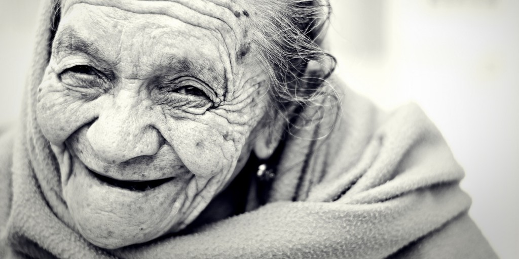 Alte Frau, glücklich