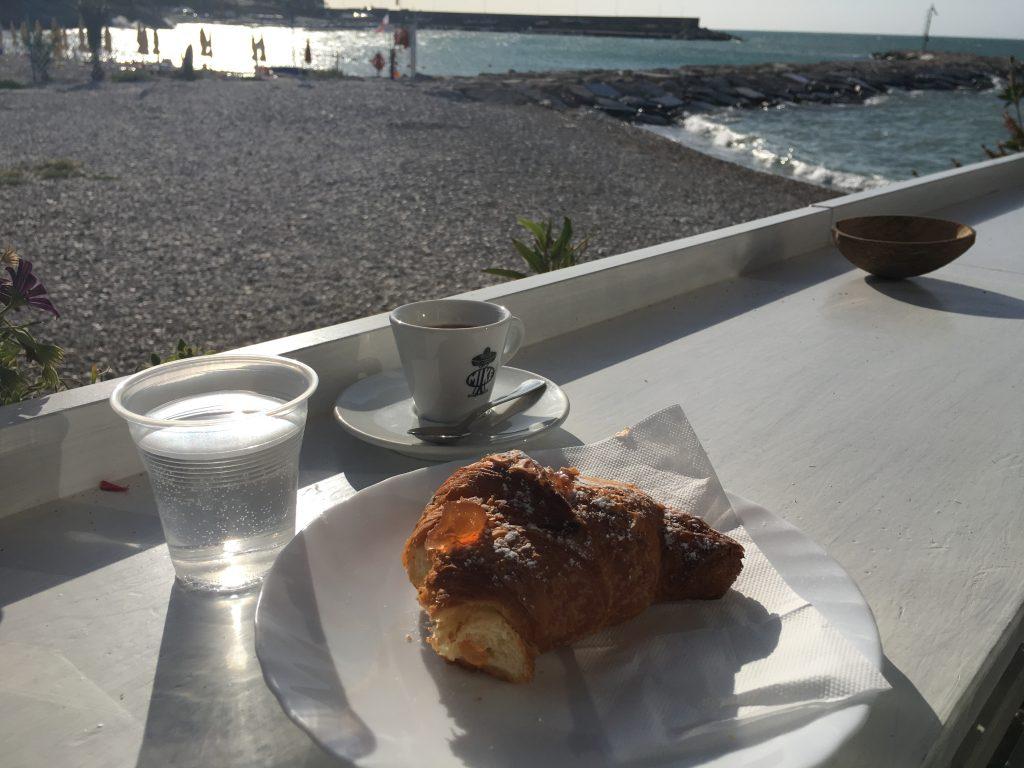Frühstück in der Bar am Hafen von Mattinata
