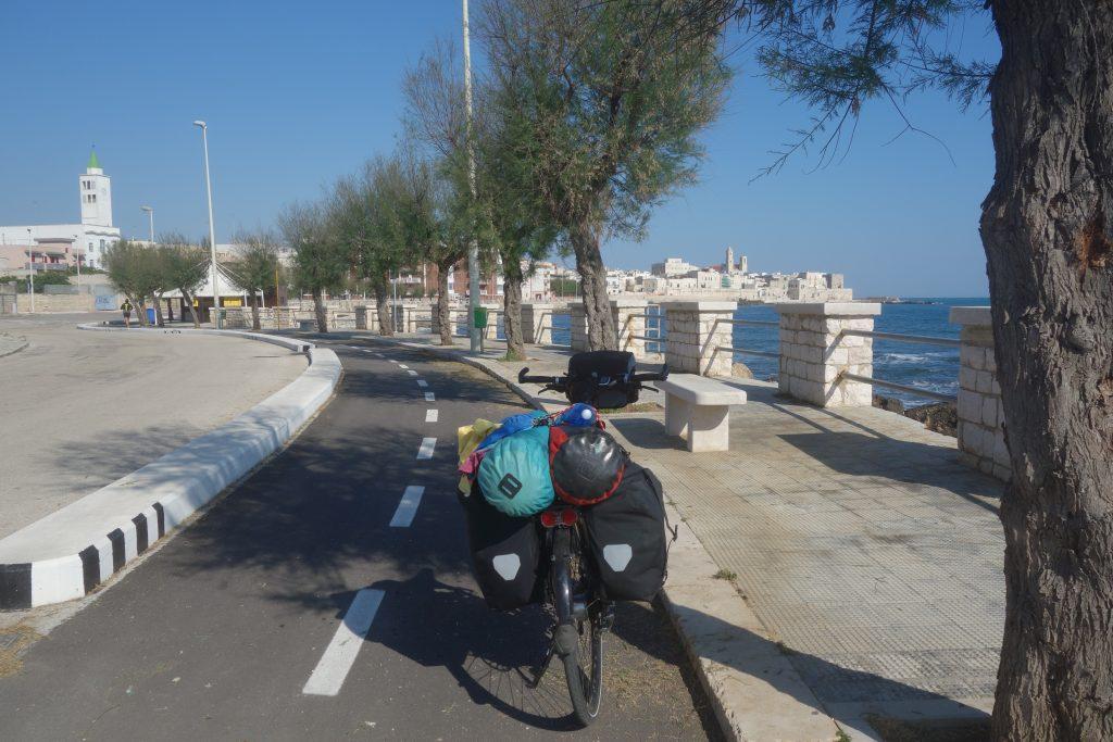 Prächtiger Morgen mit Radweg in Giovinazzo