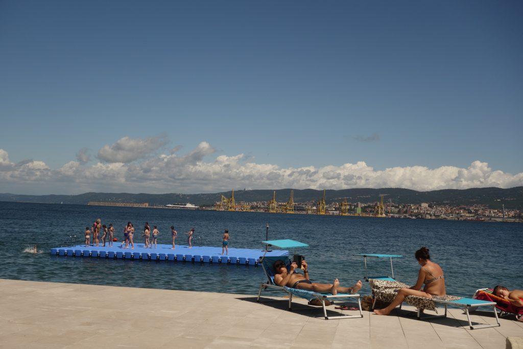Badeplausch mit Sicht auf den Hafen von Trieste