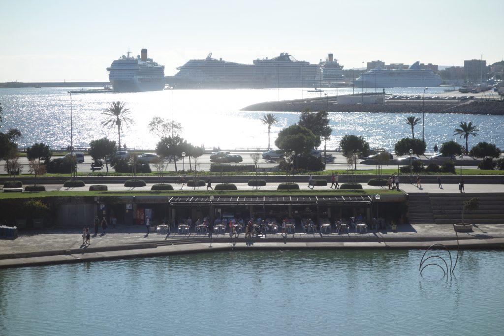Kreuzfahrtschiffe vor Palma de Mallorca