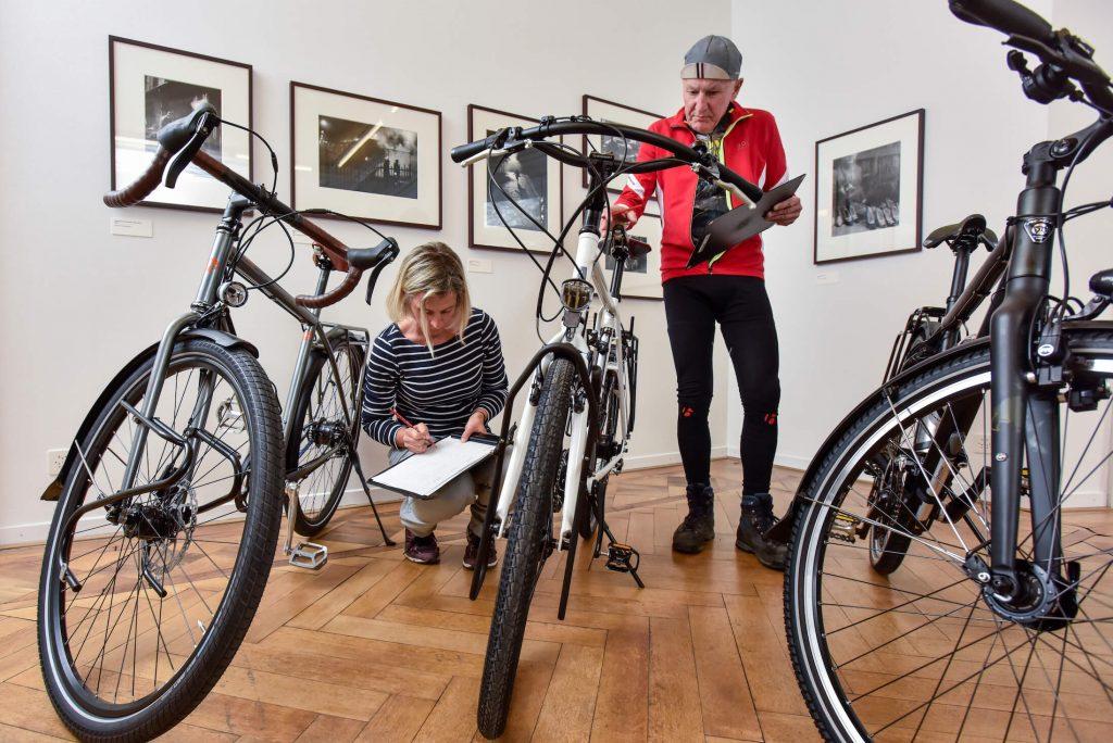Miss Move beim Testen von Reiseräder fürs Velojournal