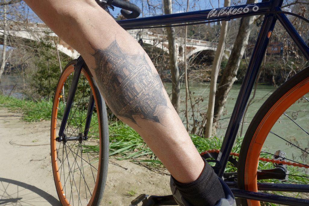 Mauro, Radfahrer aus Rom: Kolosseum auf der Wade