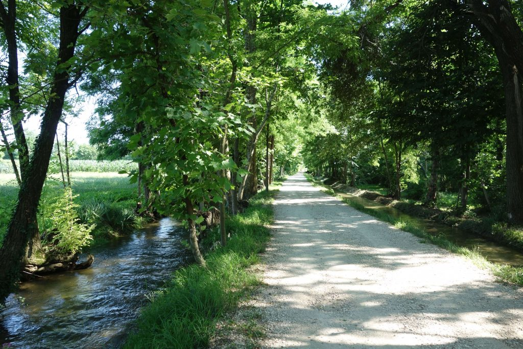 Radweg zwischen zwei Kanälen in der Po-Ebene