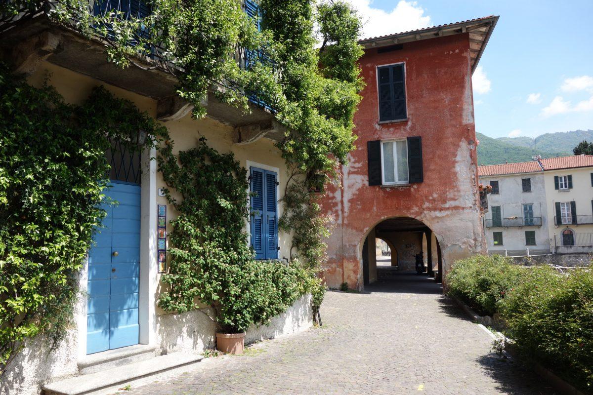 Kletterpflanzen an alten Häusern in Mandello del Lario am Comersee
