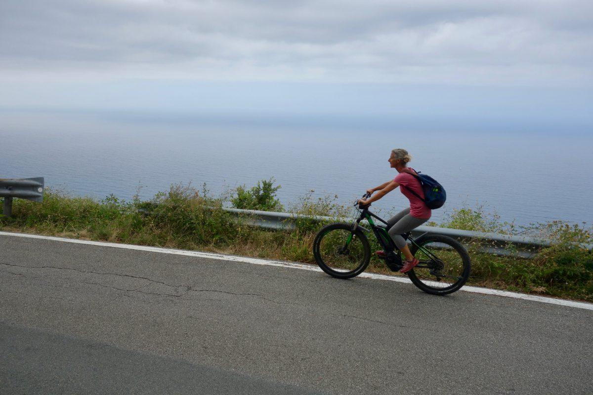 Miss Move per E-Bike oberhalb von Monterosso