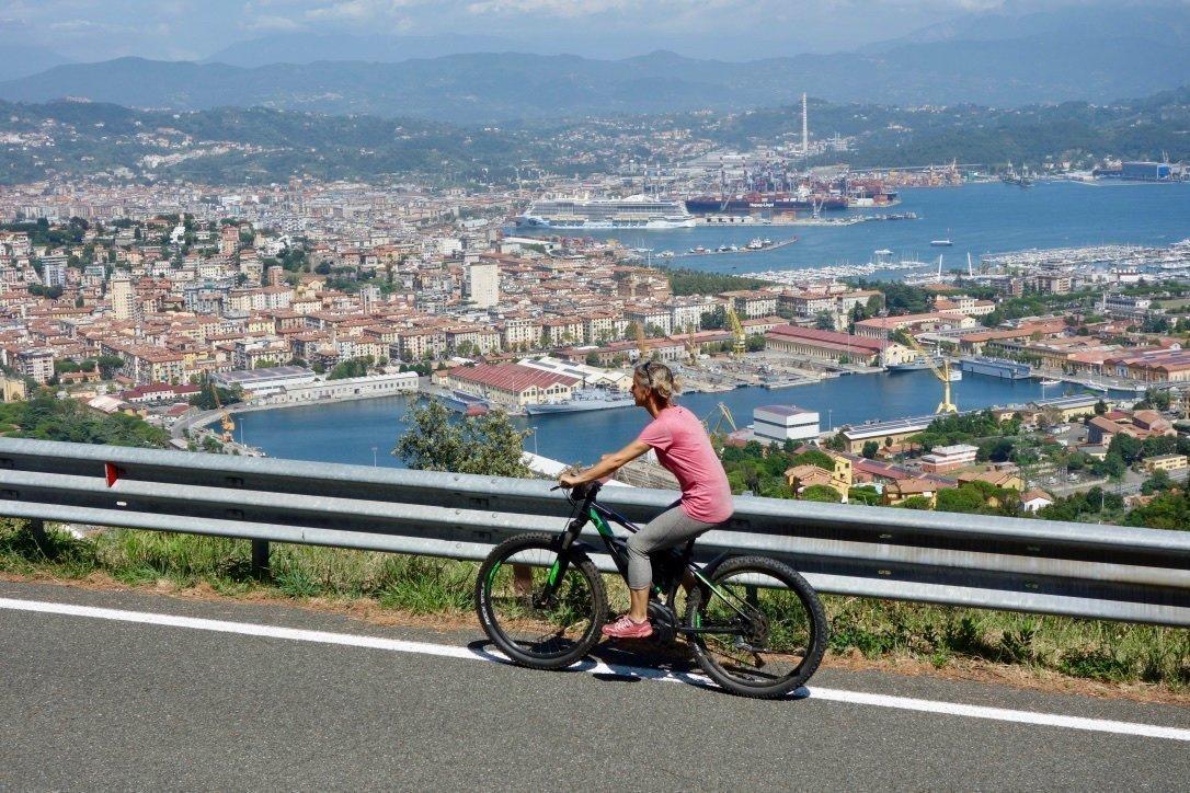 Miss Move per E-Bike oberhalb von La Spezia
