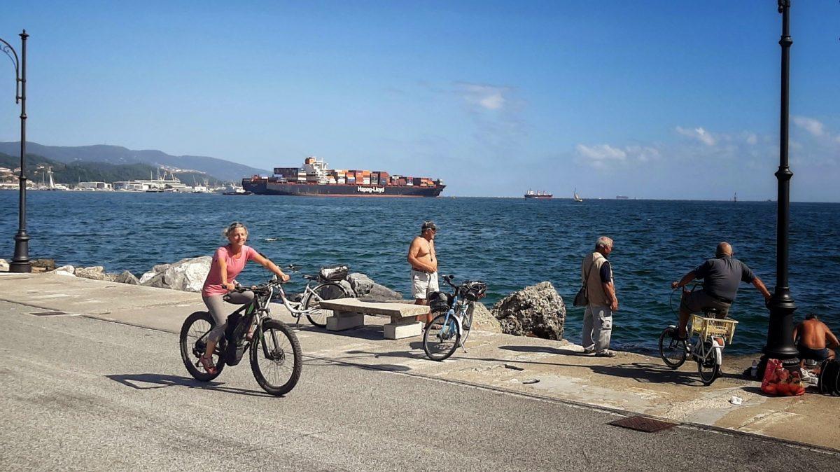 Miss Move am Hafen von La Spezia per E-Bike