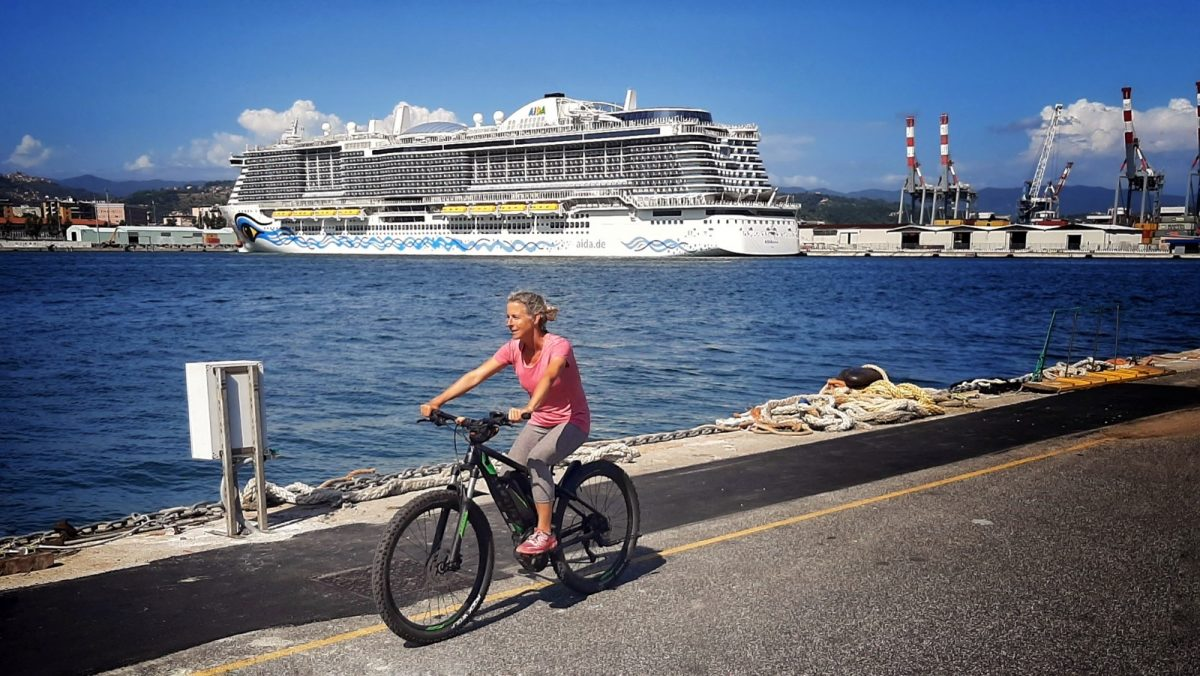 Miss Move per E-Bike am Hafen von La Spezia