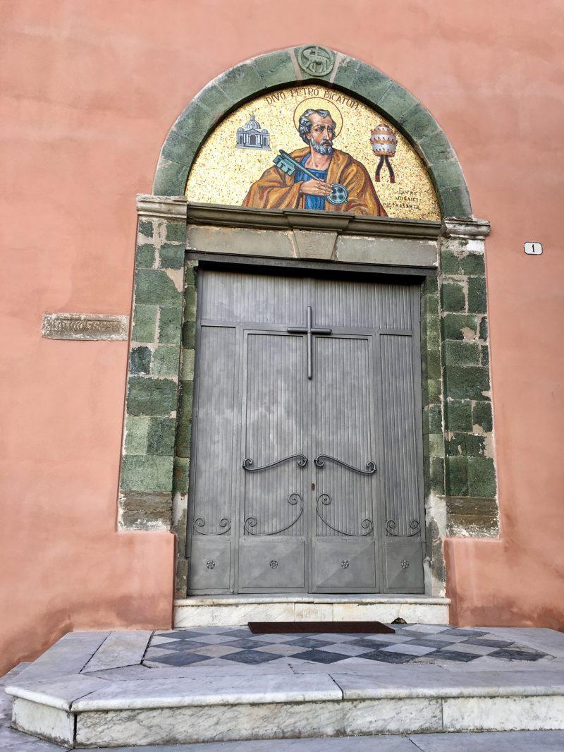 Miss Move per E-Bike bei der Kirche von Legnaro