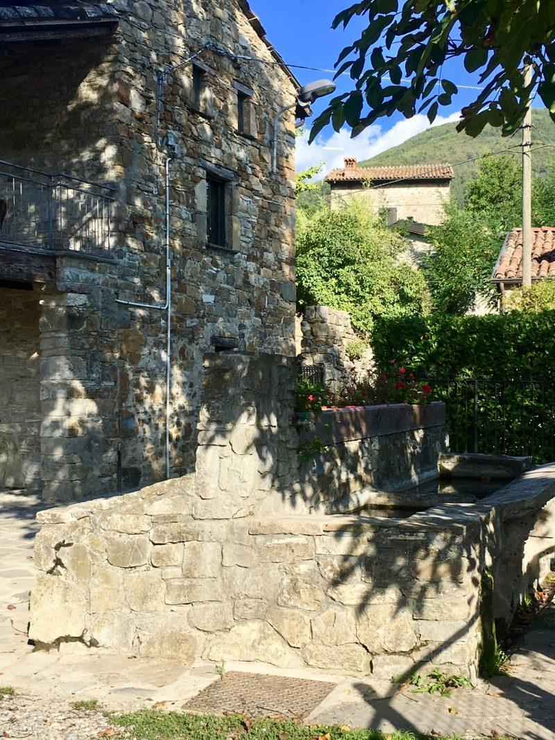 Alter Waschtrog in Brugnello im Val Trebbia, Italien