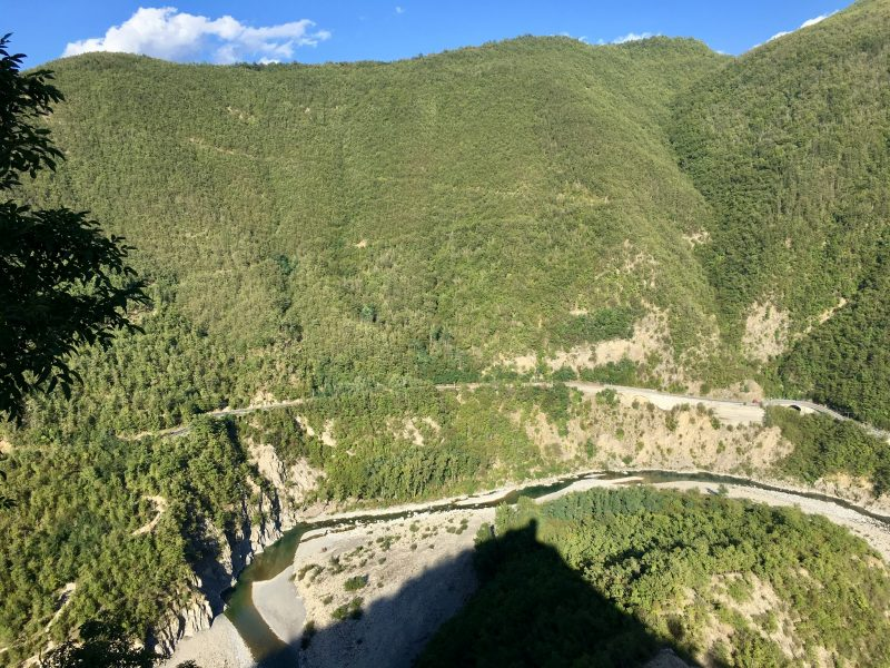 Der Trebbia entlang von Piacenza nach Genua