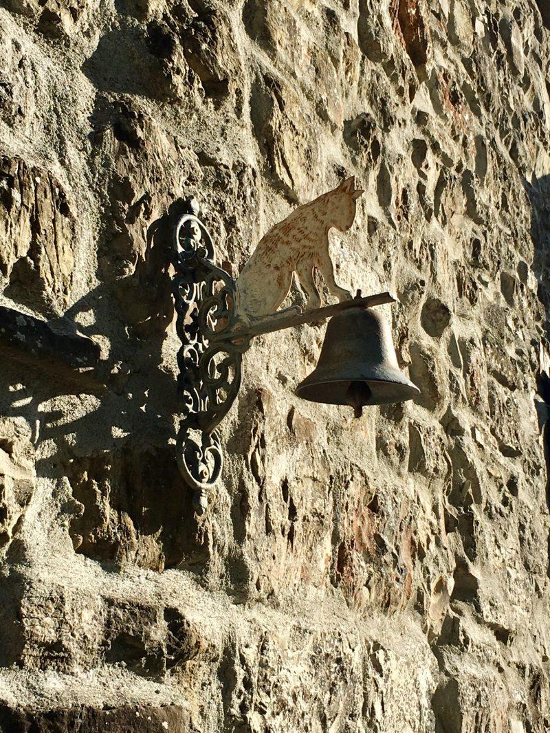 Türglocke in Katzenform im Dorf Brugnello