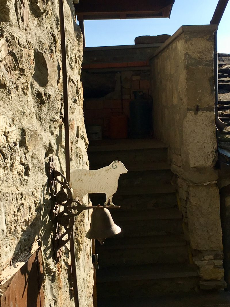 Türglocke in Schafform im Dorf Brugnello im Val Trebbia