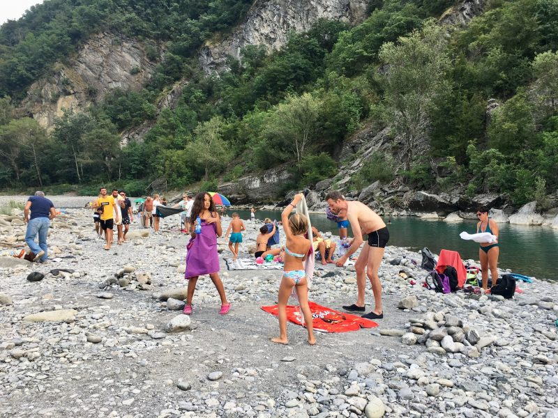 Badende am Fluss Trebbia bei Bobbio