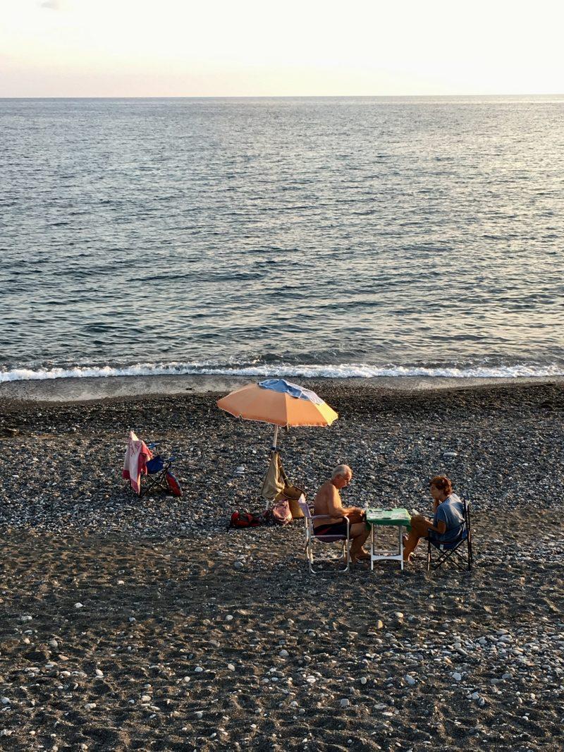 Ein älteres Paar am Meer in Lavagna, Ligurien