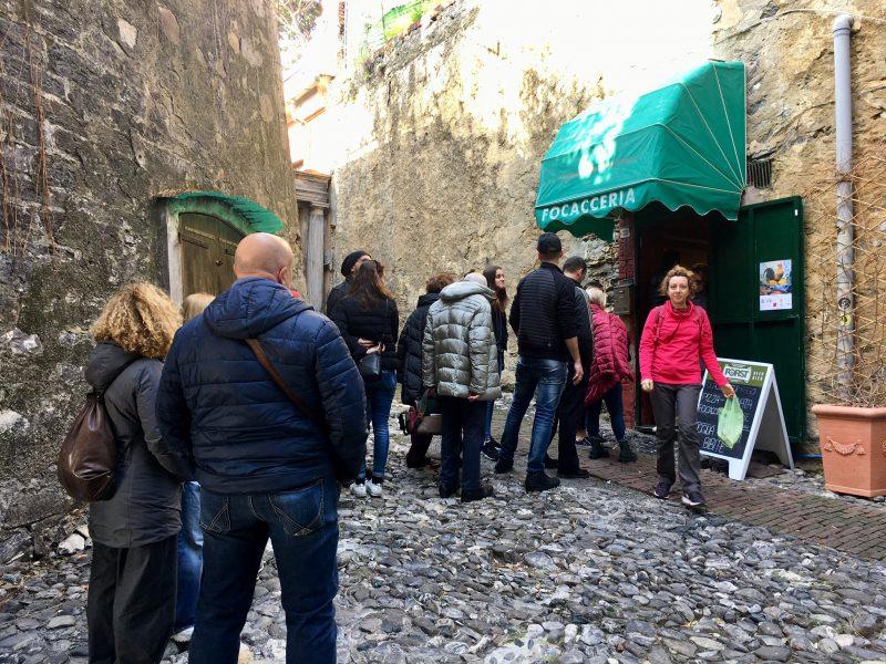 Schlange vor der Focacceria in Genua Nervi