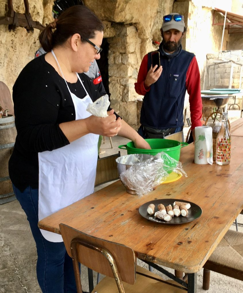 Sizilianerin Paola bereitet Cannoli zu