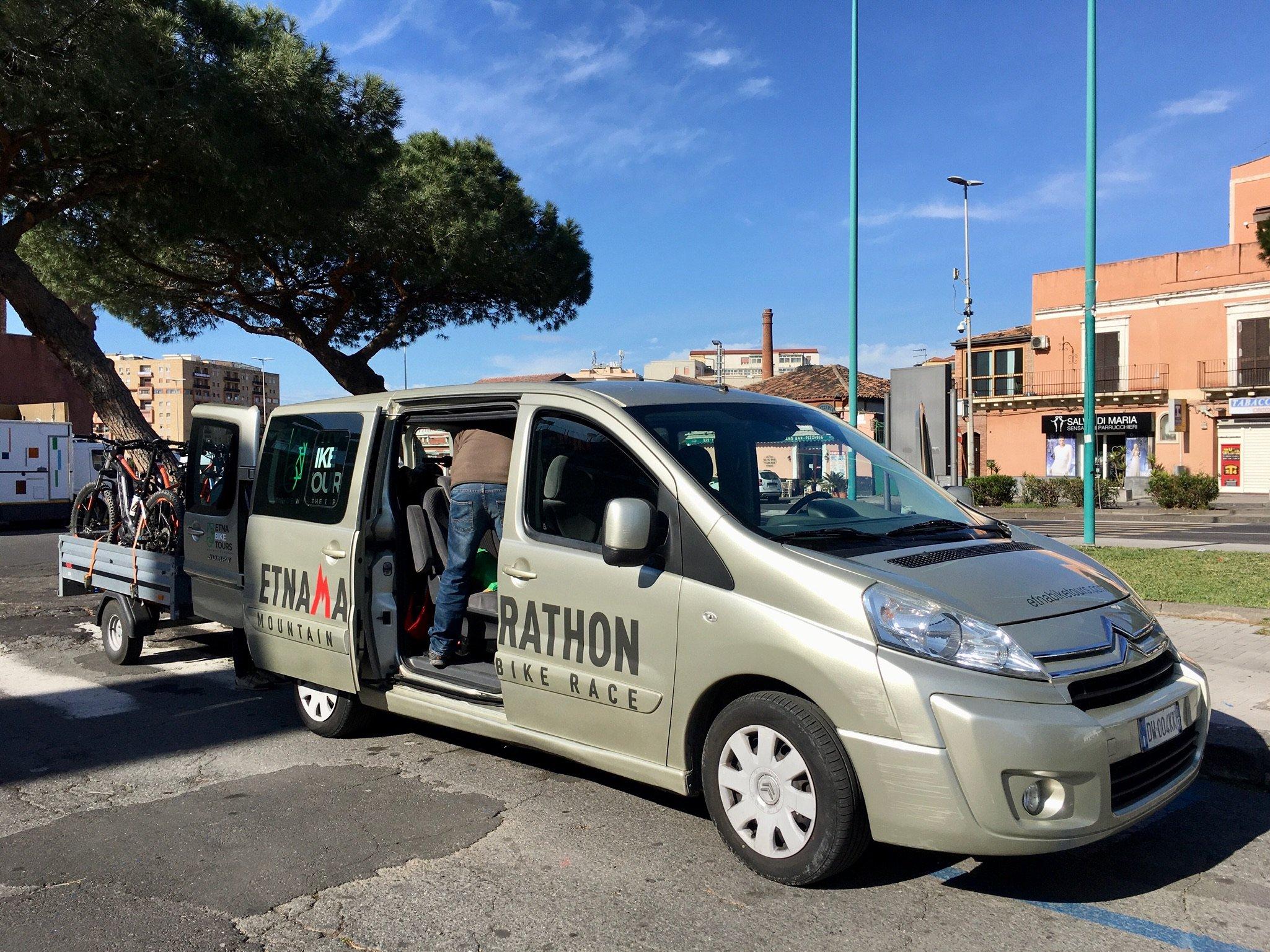 Mit Minibus zur Wanderung im Pantalica