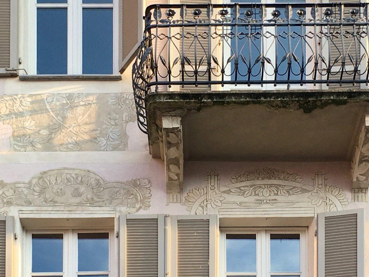 Dekoration an einem Haus in Alba