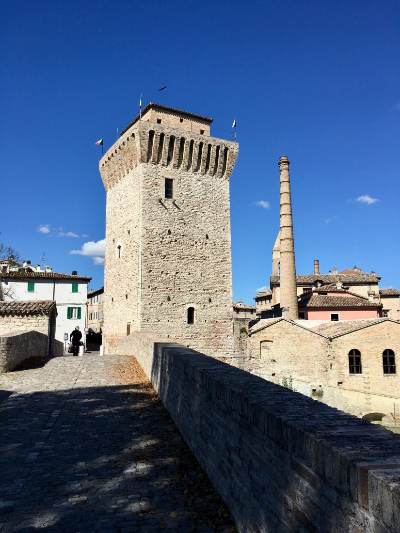Historischer Turm und neuer Fabrik zusammengebaut
