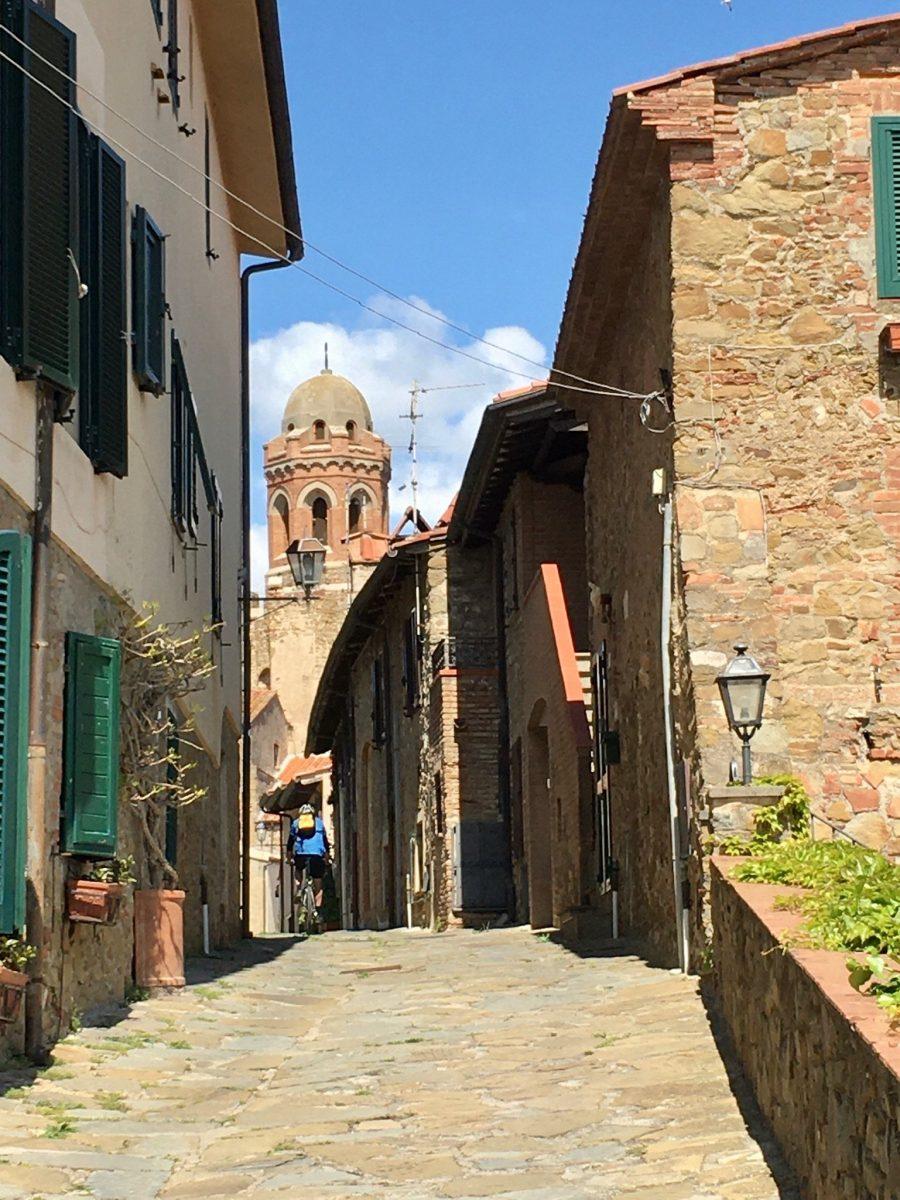 Altstadt in der Toskana mit dem Mountainbike