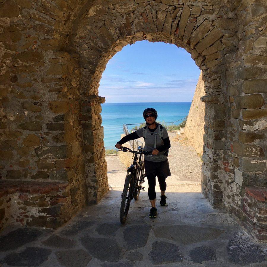 Mit dem Bike auf der Burg in der Maremma