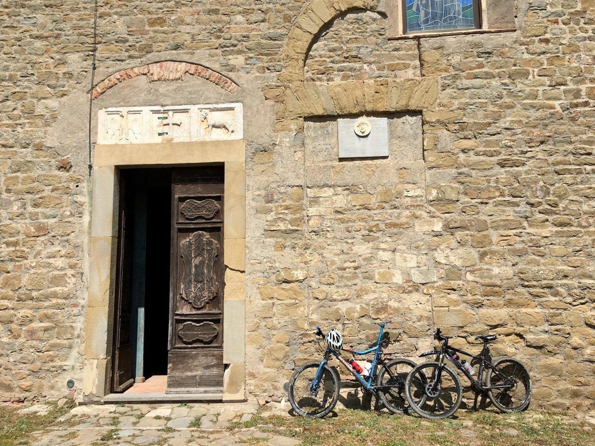 Vor einer Kirche von Castiglione della Pescaia