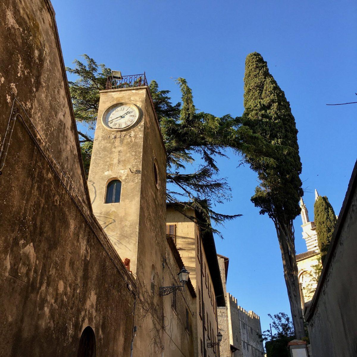 Uhr an altem Gebäude Massa Marittima